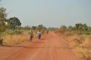 Auf den letzten Kilometern führt die Reise über eine staubige Sandpiste