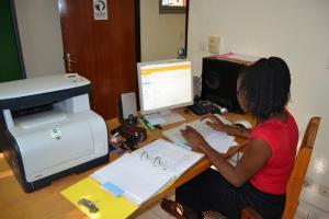 Solange Bambara testet das neue Projektverwaltungsprogramm