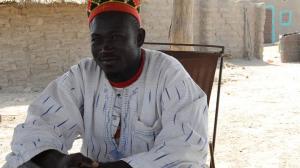 Der Dorfchef empfängt die Gäste vor seinem Haus