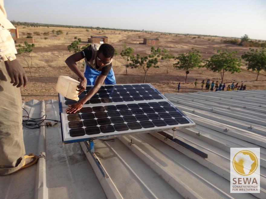 Die Solarpaneele auf dem Dach der Grundschule Namssiguias